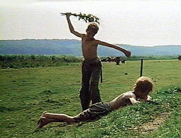 Fouetter un garçon d'orties