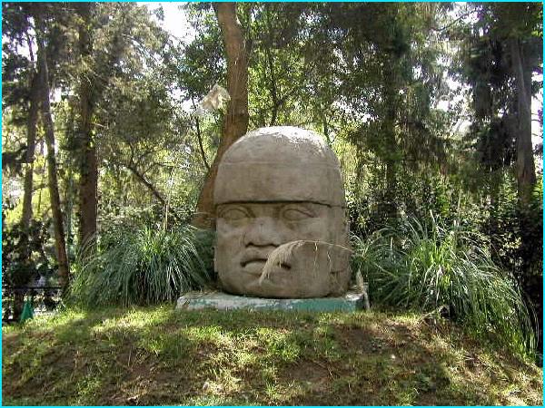 palenque tête maya en forêt vierge