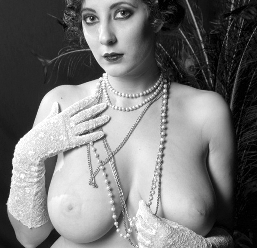 annees folles fille seins nus