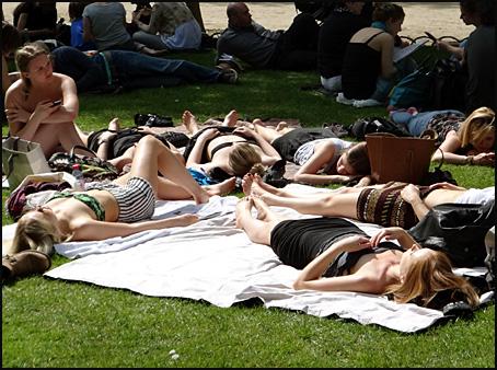 filles bronzant Paris luxembourg