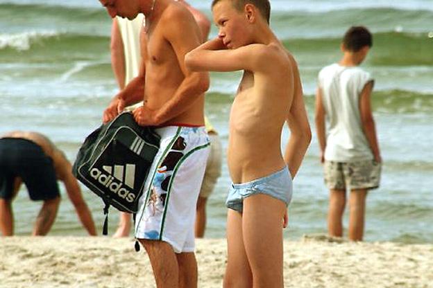 grosse bite de jeune gay baise à la plage