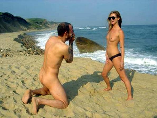 couple seins nus plage