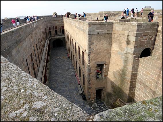chateau du taureau 3 cour interieure