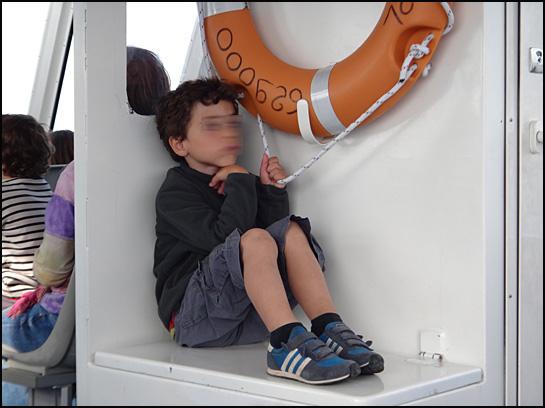 chateau du taureau 8 gamin inquiet sur le bateau