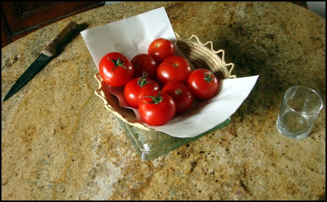 Table avec tomates