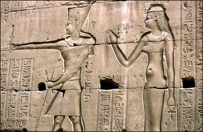 pharaon et pharaonne seins nus edfou