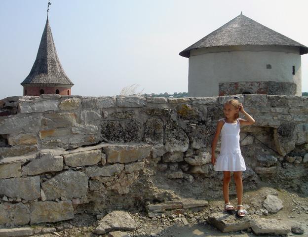 ukraine forteresse de kamianetz podolskiy fillette jupette