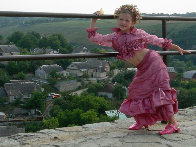 ukraine forteresse de kamianetz podolskiy fillette rose