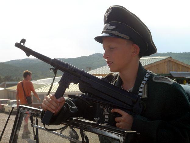 yalta gamin russe deguise en nazi