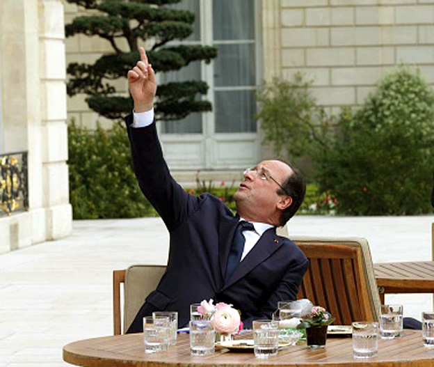 hollande bras leve reuters