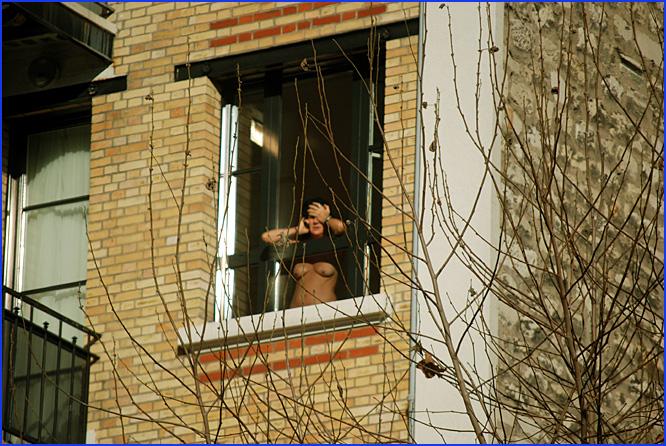 femme fenêtre paris