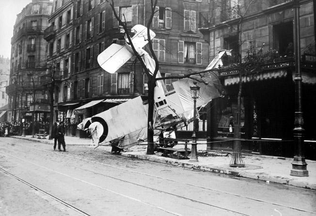 chute avion rue d assas paris 1917 senat expo 14-18 excelsior