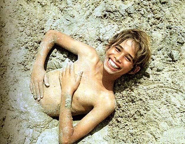 9 nu dans le sable