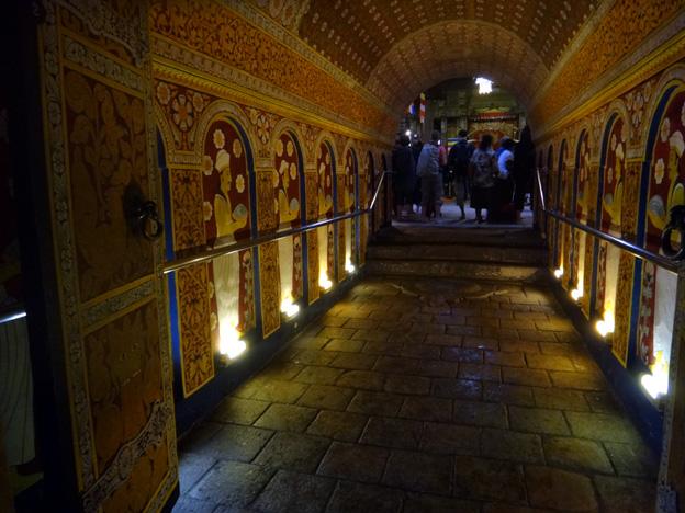 kandy interieur temple de la dent de bouddha sri lanka
