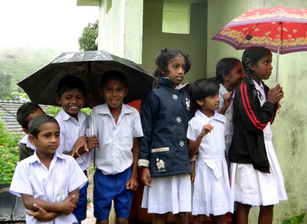 ecoliers primaires sous la pluie sri lanka