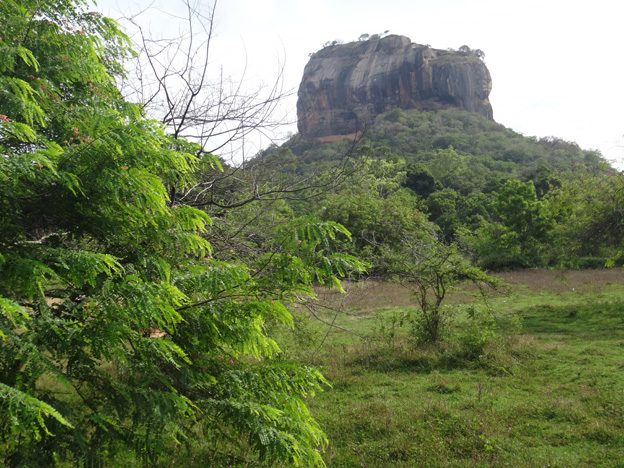 sigiriya rocher du lion vu de la plaine sri lanka
