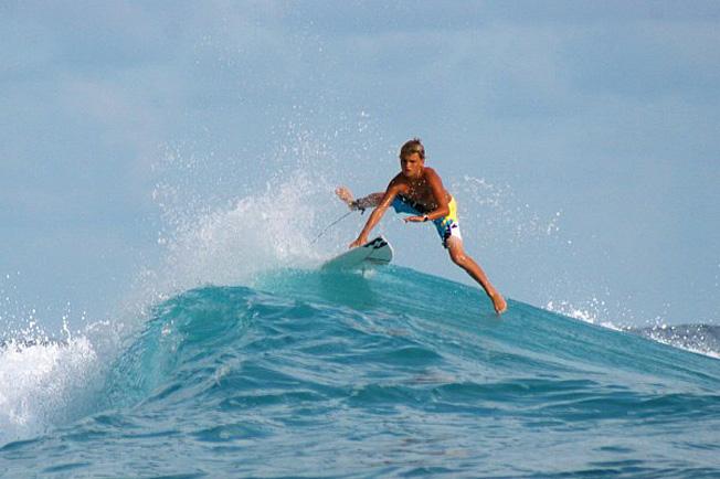 teahupoo surfeur 14 ans