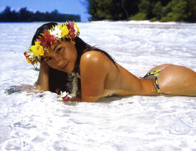 Vahine nue dans l eau Tahiti