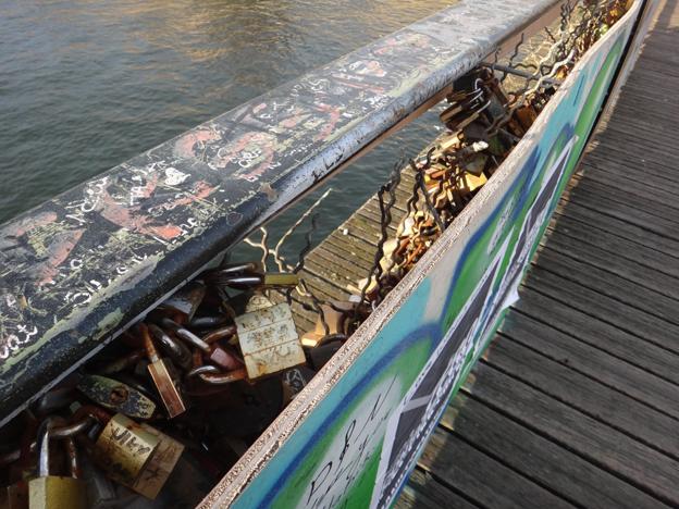 Paris cadenas decembre 2014 derriere panneaux