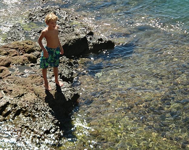 torse nu blond sur les rochers