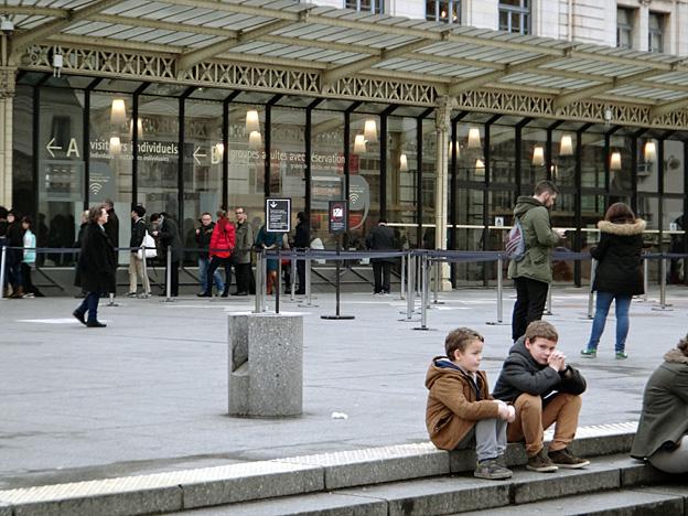 gamins devant musee orsay fevrier