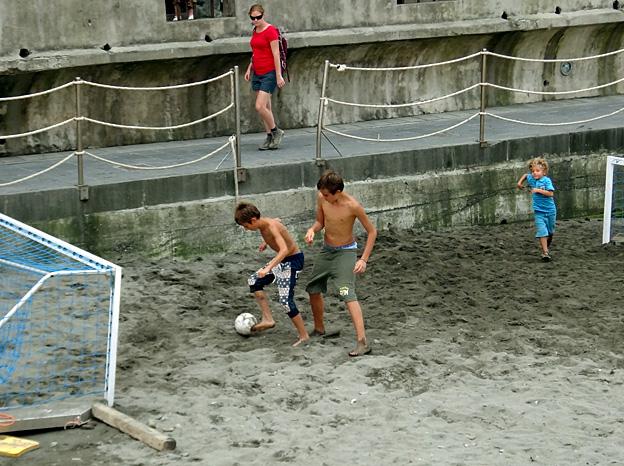 foot a trois garcons torse nu plage