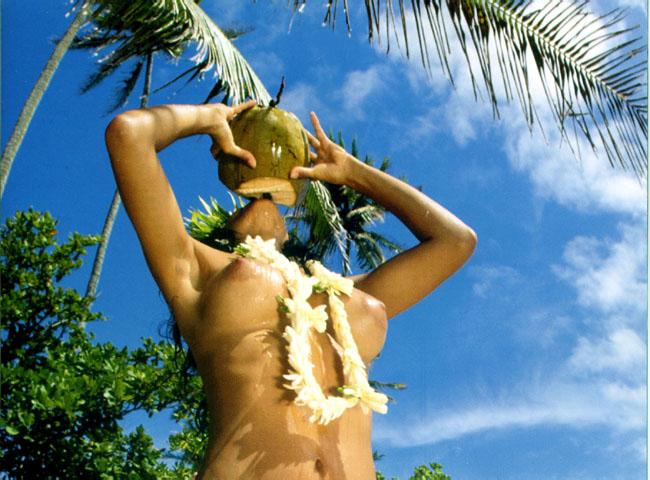 vahine nue buvant coco
