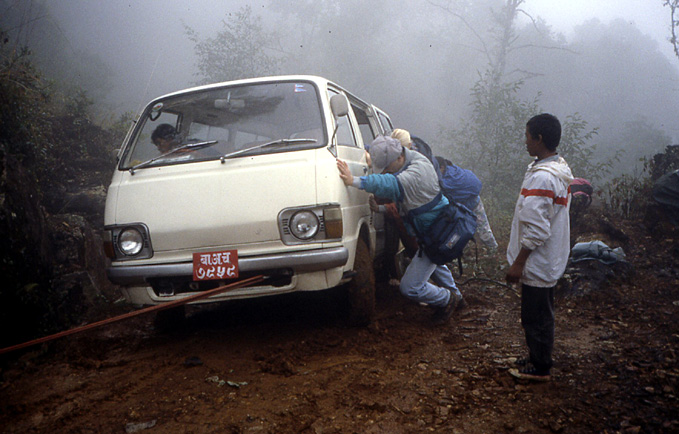 nepal minibus embourbe