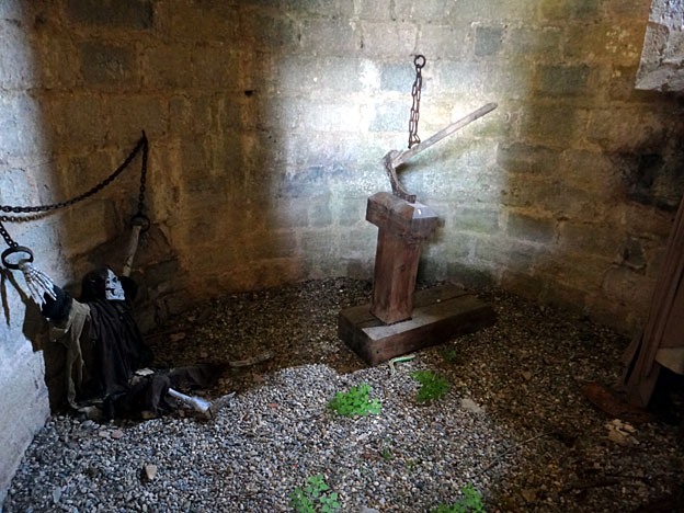 chateau de puivert squelette torture tour bossue