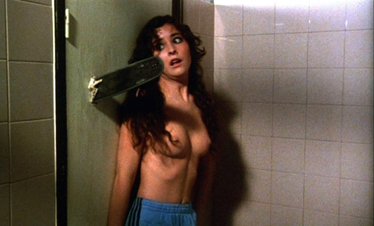 massacre a la tronconneuse seins nus