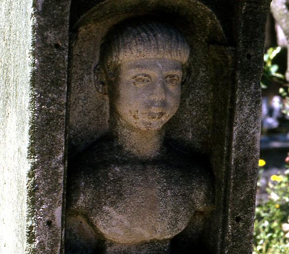 pouzzoles-stele-jeune-garcon