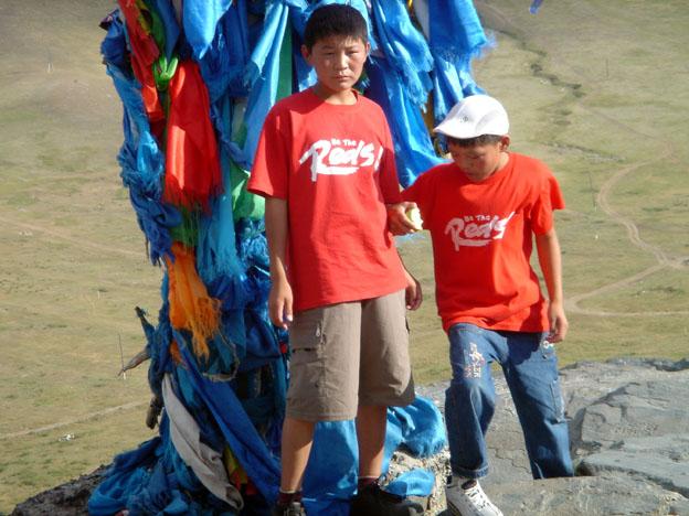 4c98b5a09d13ab Un gamin a ôté son tee-shirt pour grimper plus à l aise, petit mâle  vigoureux qui veut en remontrer à ses sœurs et à son tout petit frère.